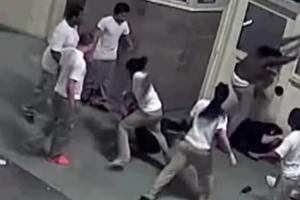 미국 교도소 수용자들 교도관 폭행