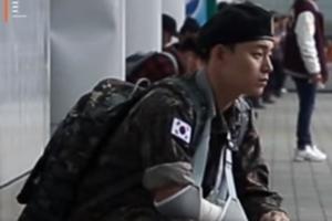 팔 다친 군인이 전투화 끈을 묶어달라고 한다면?