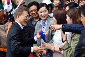 문재인 대통령, 홍은동 주민들에게 작별 인사…오후에 관저 입주