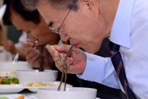 [서울포토] 靑 직원식당서 오찬을 함께하는 문재인 대통령