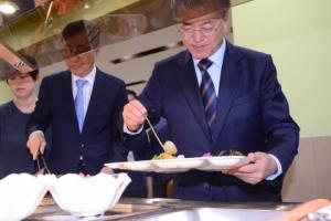 [서울포토] '점심은 직원식당에서'… 식판 든 문재인 대통령
