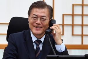 [서울포토] 호주 턴불총리 축하전화 받는 문재인 대통령