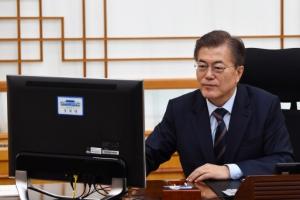 [서울포토] 문재인 대통령, '님을위한 행진곡' 제창·국정역사교과서 폐지 지시 전자…