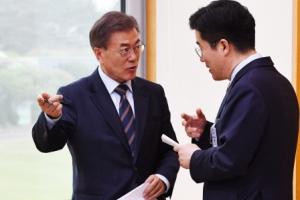 [서울포토] 문재인 대통령, 송인배 전 팀장과 깊은 대화