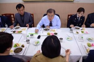 국정역사교과서 폐기·위안부 합의 지적…문 대통령 '박 정권 지우기'