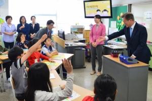 [서울포토] '문 선생님?'…찾아가는 대통령 2편은 초등학교에서