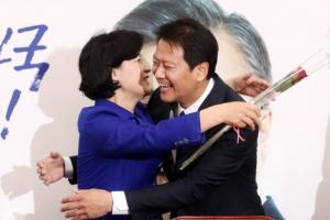 """임종석에 장미 선물 받은 추미애 """"아우 '따 시킨' 누나 됐는데…"""""""