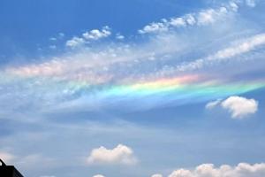 [포토] '나라에 경사가?'… 하늘 가득 채운 무지갯빛 구름 '채운'