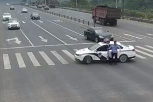 경찰관이 도로 한가운데 순찰차를 세운 이유