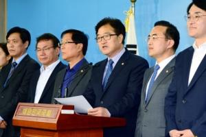 [서울포토] 원내대표단 인선발표 하고 있는 우원식 민주당 원내대표