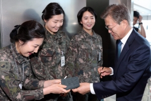 [서울포토] 장병들에게 사인 요청 받는 문재인 대통령