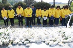 [서울포토] 세월호 유가족, 국립5.18민주묘지 찾아 슬픔 나눠