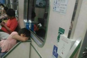 지하철 탄 남성 노려보는 여성? 과연 그녀의 정체는?