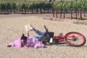 자전거 타다 고꾸라지는 켄달 제너 영상 화제