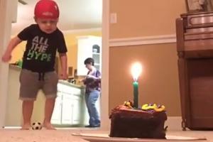 [팝영상] 생일 케이크 촛불 공차기로 끄는 2살짜리 축구 신동