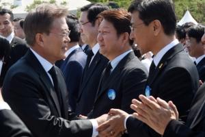 [서울포토] '5.18 기념식'에서 만난 문재인 대통령과 안희정 충남지사