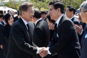 [서울포토] 문재인 대통령과 인사 나누는 정우택