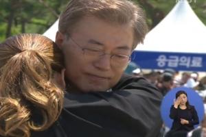 유가족 위로하는 문재인 대통령 모습에 수화통역사 눈물