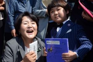 [서울포토] 文대통령 고향 방문…꽃다발과 편지 받고 환하게 웃는 김정숙 여사