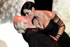 칸 개막식서 펼쳐진 모니카 벨루치의 발칙한 키스 세레모니