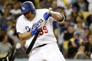 치고·뛰고·맞고…류현진, 온몸으로 만든 MLB 30승