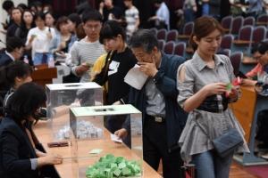 [서울포토] '긴줄에 추첨까지'…박근혜 전 대통령 재판 방청 희망하는 시민들