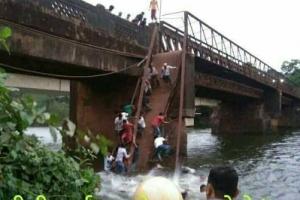 인도 서부 고아서 60여년된 다리 붕괴…2명 사망 10여명 실종