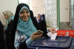 [포토] 활짝 웃으며 투표하고 있는 이란 여성