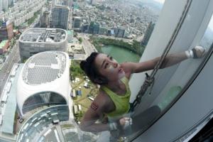 김자인, 123층 롯데월드타워 '맨손 등반' 성공