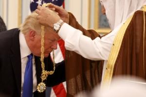 '오바마 허리굽혔다' 맹비난한 트럼프, 훈장 받으며 고개만 까딱