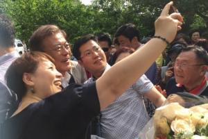 문재인 대통령 휴가일…양산 사저 앞 방문객들 발길 계속