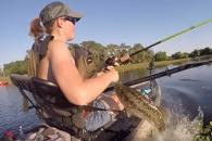 '나 잡아봐라' 낚시하던 여성 툭 치고 달아난 물고기…