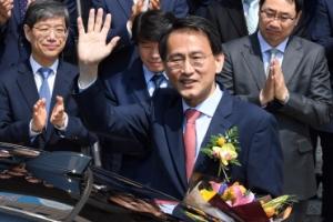 [서울포토] 손 흔들며 떠나는 이창재 법무부 장관 권한대행
