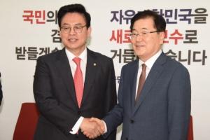[서울포토] 정의용 국가안보실장, 정우택 자유한국당 원내대표 예방