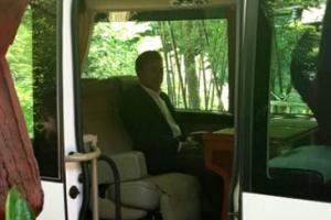 文대통령, 휴가 중에도 '파격 행보'···경호차량 없이 버스 이동