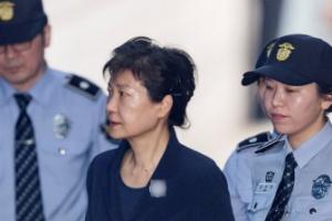 박근혜 전 대통령 법정에 출석하는 모습