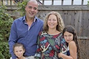 거대 상어에 공격 당한 아내 맨손으로 구한 남편