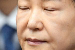 [서울포토] 두 눈 꼭 감은 박근혜 전 대통령