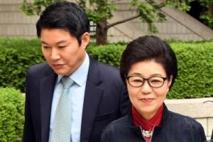[포토]언니찾아 법정에... 박근령 부부, 박 전 대통령 첫 재판 참석