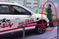 닛산 자동차 홍보쇼 중 전시 차량에 받힌 쇼호스트