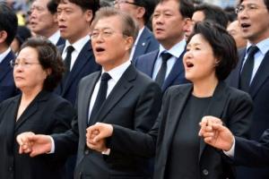 [영상] 문 대통령 엇박자 바로잡아주는 김정숙 여사 화제