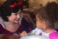 식사 도중 백설공주 만난 아이 반응 화제