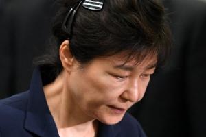"""[박근혜 첫 재판] 朴, 플라스틱 핀으로 '셀프 올림머리'… 직업 묻자 """"무직입니다""""…"""