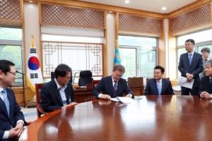 文대통령, 여민관 집무실 공개…민정수석때 쓰던 원탁 활용