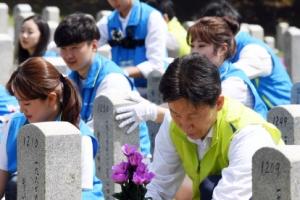 [서울포토] 호국보훈의 달을 앞두고 현충원 찾은 대학생들
