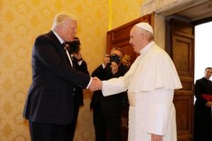 [포토] 교황과 악수하는 트럼프 미국 대통령