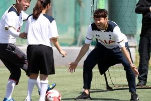 [포토] '날 제치고 골 넣어봐!'… 손흥민, 골키퍼로 변신