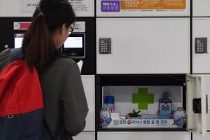 [한 컷 세상] 전철역 양심 약국, 시민들 '안심 약국'