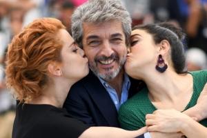 [포토] 두 여배우의 키스 세례에 미소가 절로