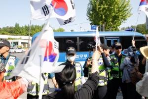 [서울포토] 박 前 대통령 호송차량과 태극기